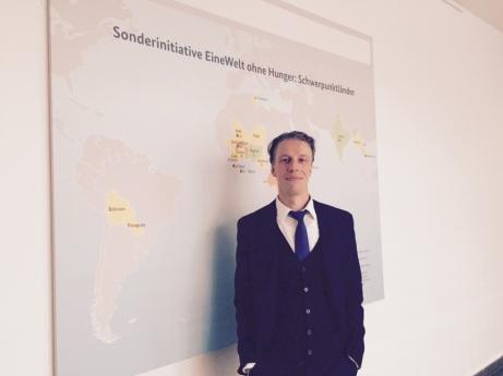 Dr. Tobias Knobloch in einem der Flure seiner Behörde, dem BMZ